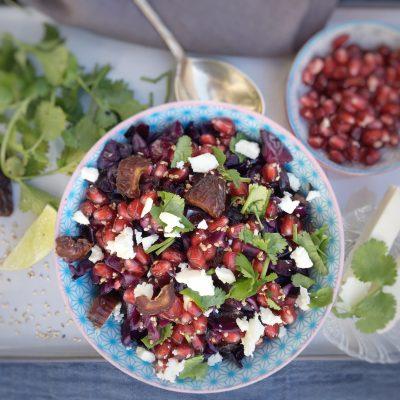 Warmer Rotkohlsalat mit Granatapfel und Datteln